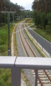 Blick von der Fahrradbrücke über der Ostanbindung BER